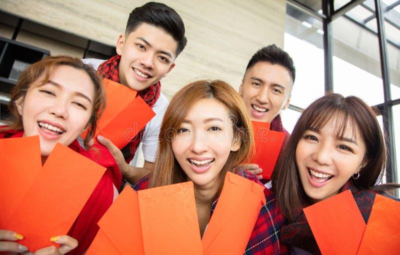 Jongeren die pret hebben en Chinees nieuw jaar vieren stock foto