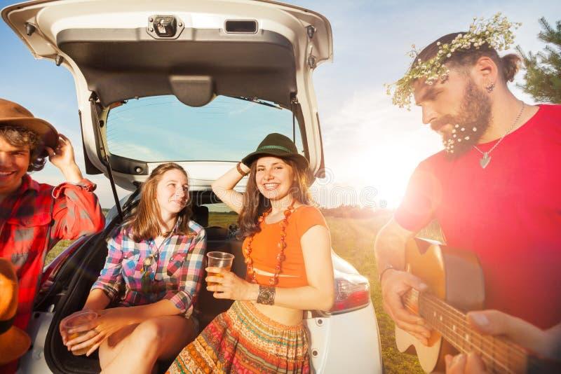 Jongeren die pret hebben tijdens een reis van de de zomerauto stock afbeeldingen