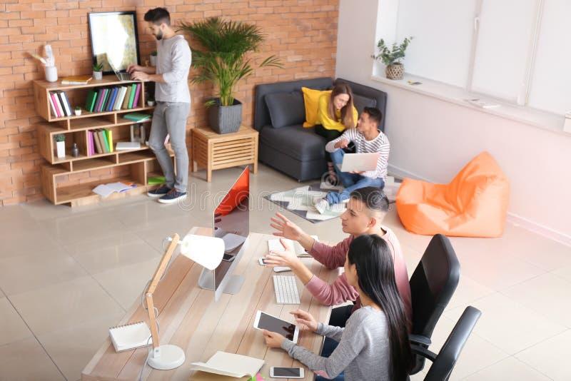 Jongeren die thuis bestuderen royalty-vrije stock fotografie