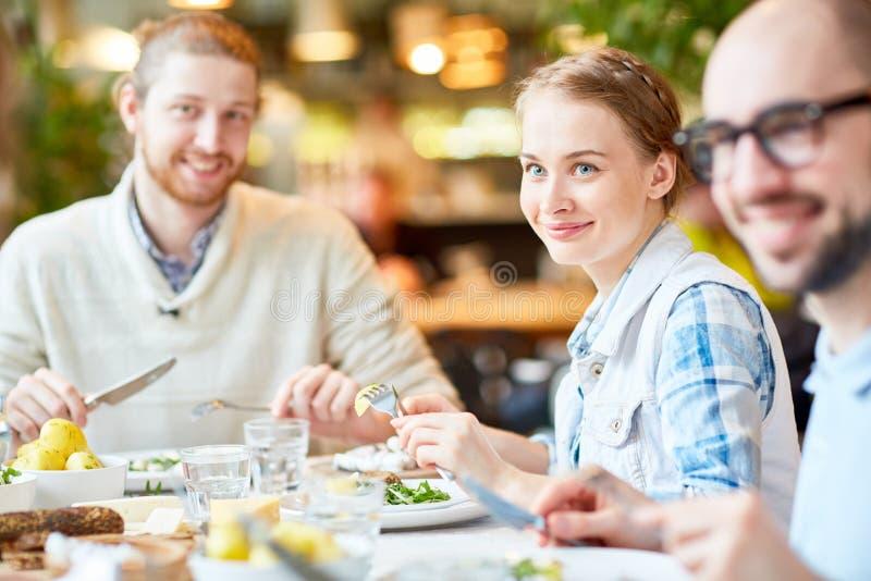 Jongeren die tijd met vrienden in restaurant doorbrengen royalty-vrije stock afbeeldingen