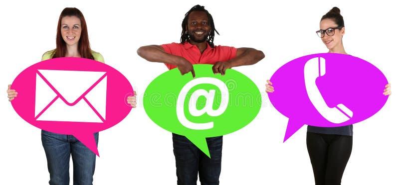 Jongeren die toespraakbellen met communicatie contact t houden royalty-vrije stock foto's
