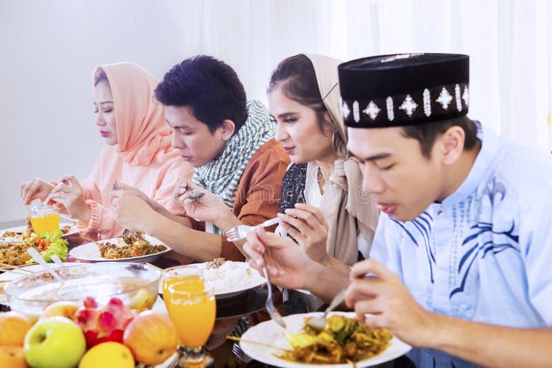 Jongeren die van maaltijd genieten bij onderbrekingen snel royalty-vrije stock fotografie
