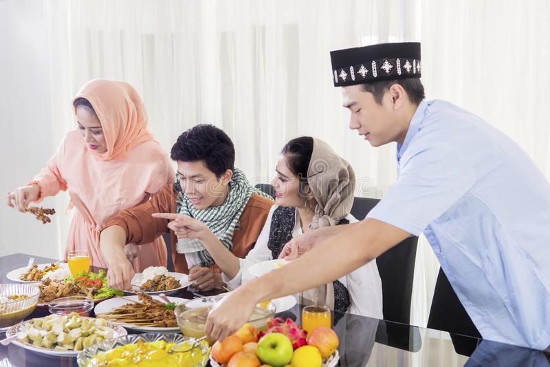 Jongeren die voedsel nemen tijdens onderbrekingen snel stock afbeelding