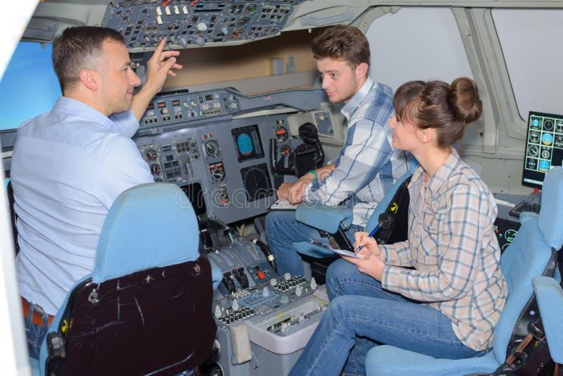 Jongeren het bezoeken vliegtuigensimulator royalty-vrije stock foto