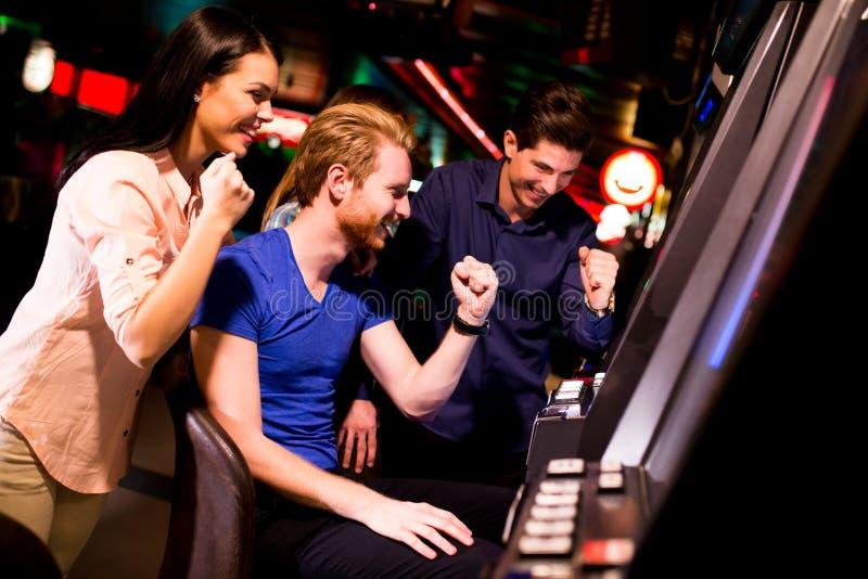 Jongeren in het casino royalty-vrije stock fotografie