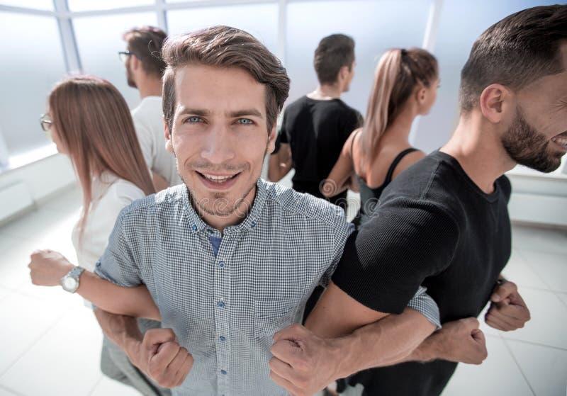 Jongeren, met hun handen samen in een cirkel royalty-vrije stock afbeelding