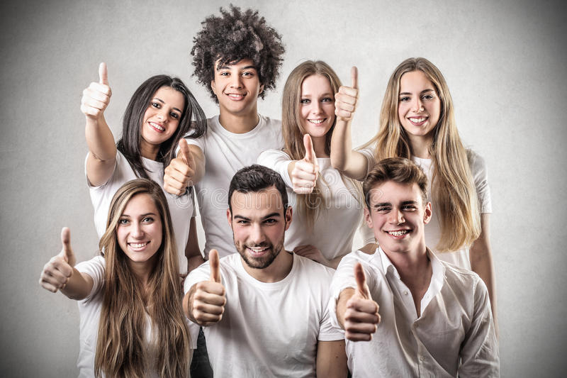 Jongeren met hun omhoog duim royalty-vrije stock foto