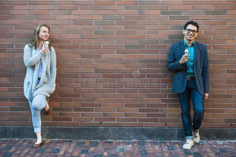 Jongeren met roomijs stock afbeelding