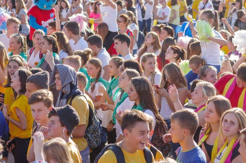 Jongerengezichten met positieve emoties terwijl muziek op de de rivierdijk van Dniepr luister stock foto's