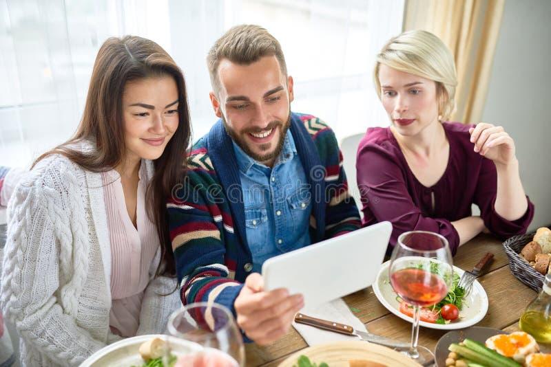 Jongerenvideo die bij Dinerlijst roepen royalty-vrije stock fotografie