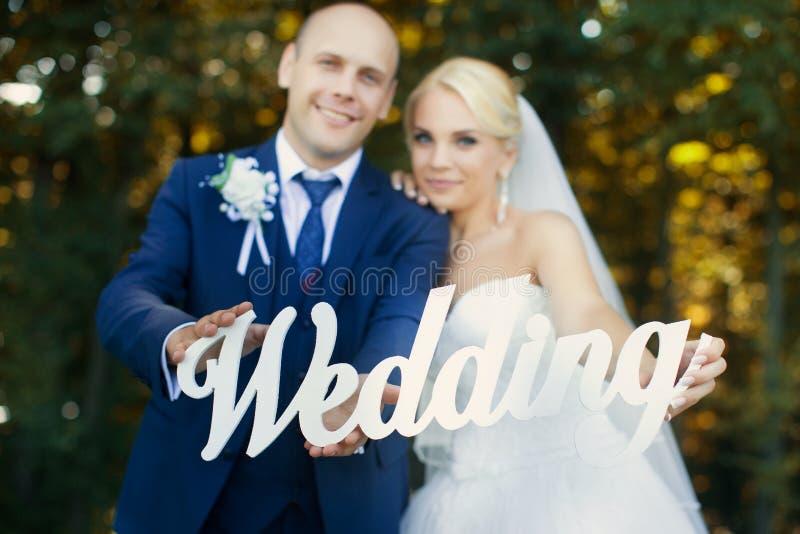 Jonggehuwden die brieven het lopen houden stock foto's