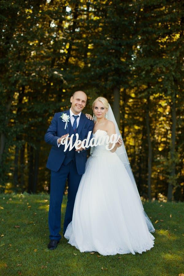 Jonggehuwden die brieven het lopen houden royalty-vrije stock foto