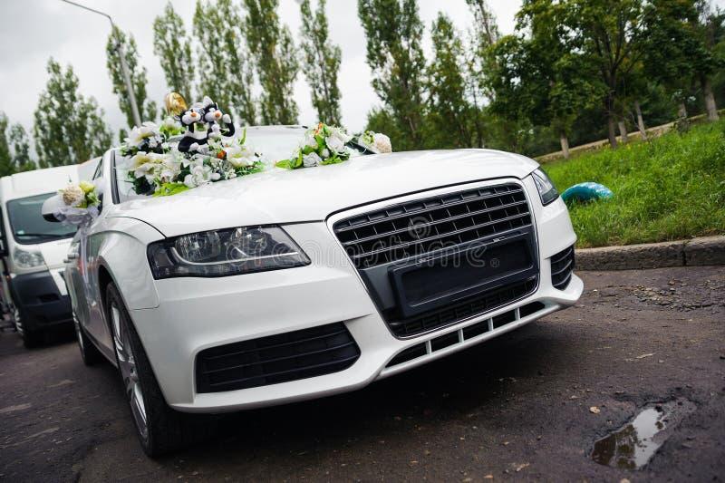 Download Jonggehuwden Die In De Witte Auto Van Het Decorhuwelijk Reizen Stock Afbeelding - Afbeelding bestaande uit motorcade, oprijlaan: 39106351