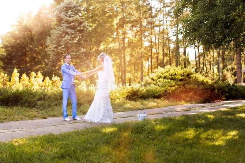 Jonggehuwden die elkaar bekijken royalty-vrije stock fotografie