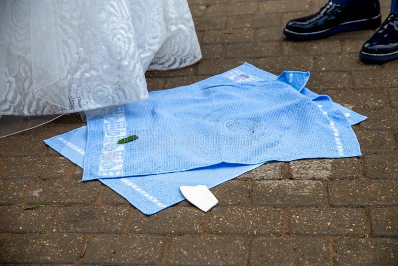 Jonggehuwden, handdoeken en gebroken plaatstukken stock fotografie