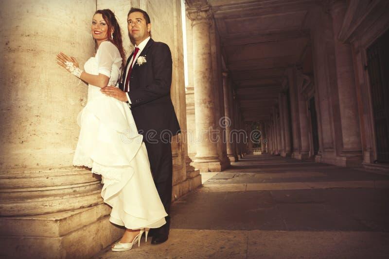 Jonggehuwden in het historische centrum van Rome Oude kolommen stock foto's