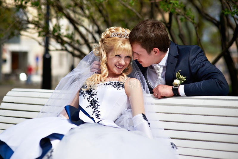 Jonggehuwden op de bank stock foto