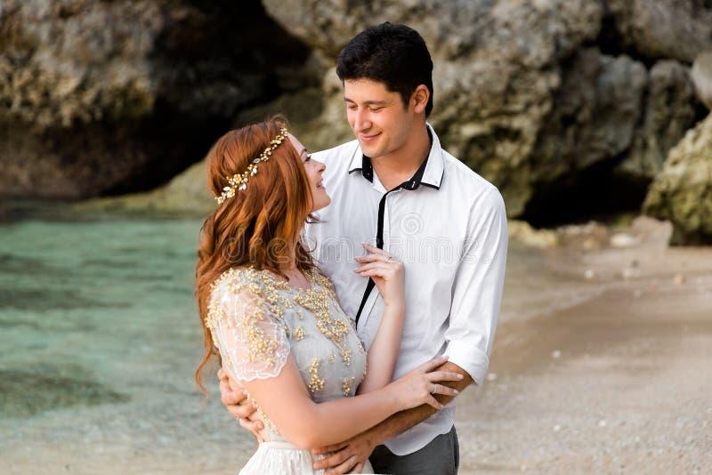 Jonggehuwden op het strand stock afbeeldingen