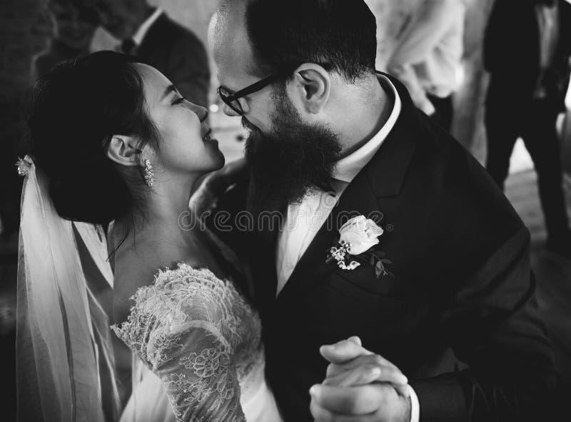 Jonggehuwdepaar het Dansen Huwelijksviering royalty-vrije stock fotografie