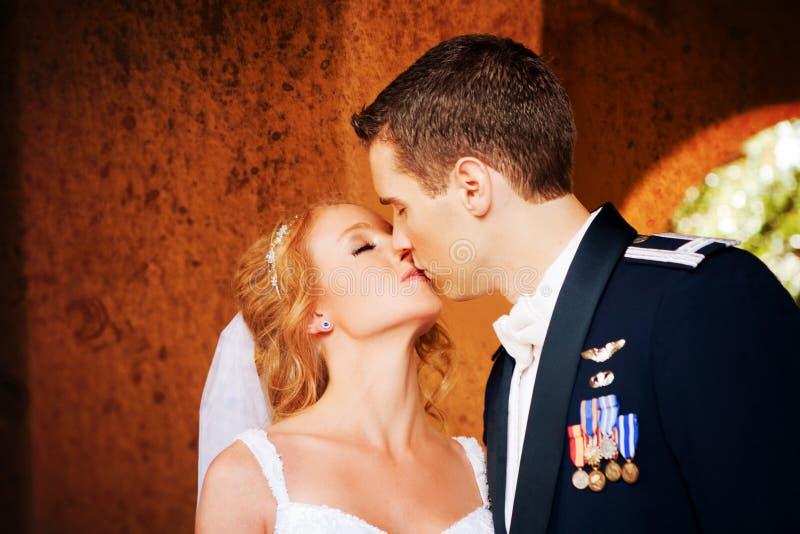 Jonggehuwdepaar het Kussen royalty-vrije stock fotografie