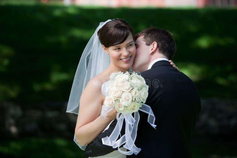 Jonggehuwdepaar het Kussen royalty-vrije stock foto
