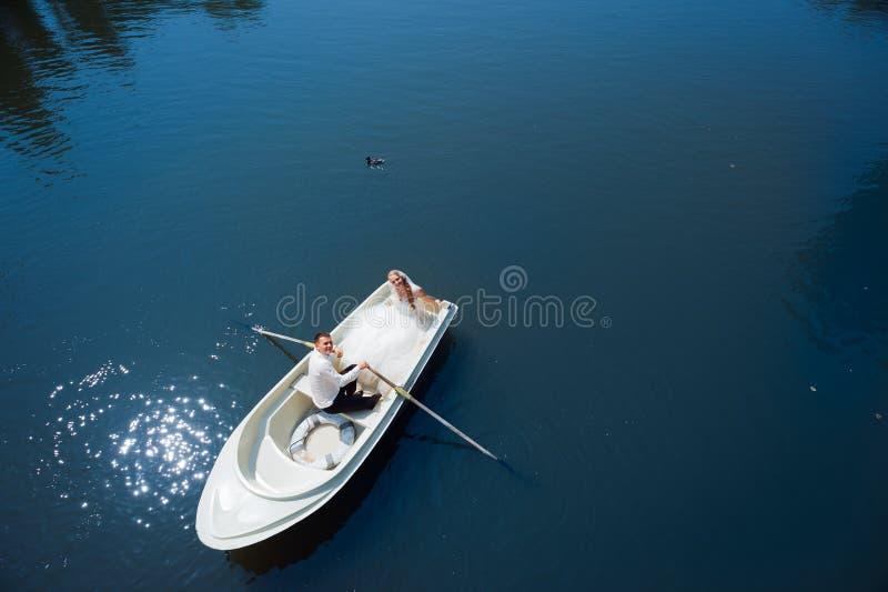 Jonggehuwdepaar op de boot stock afbeeldingen
