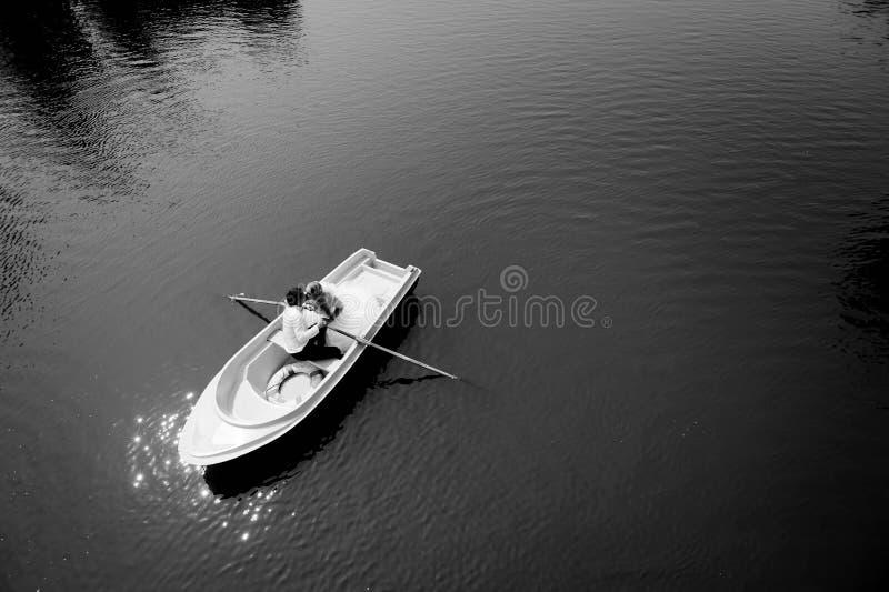 Jonggehuwdepaar op de boot stock fotografie