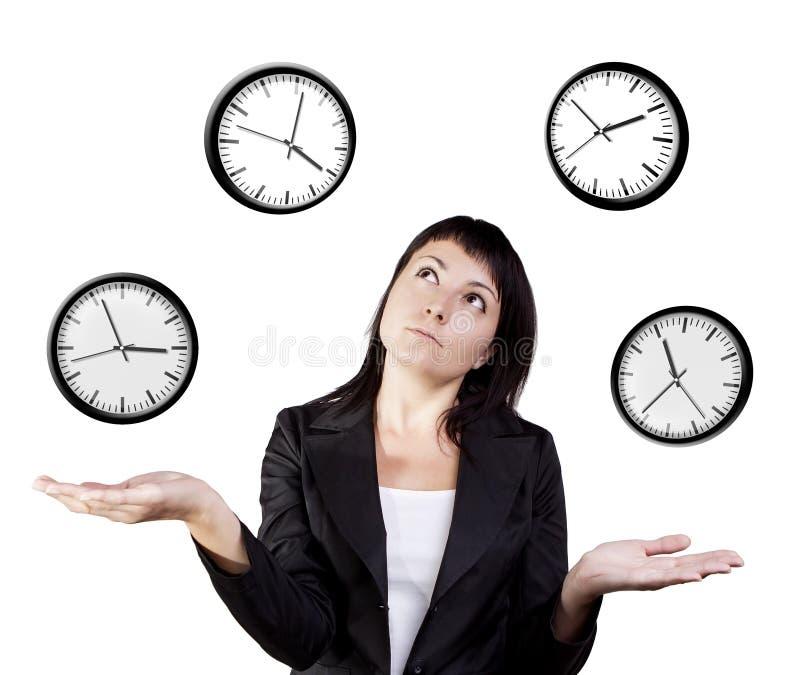 Jonglera klockor för affärskvinna. Jonglera kundutbildning för tid. royaltyfri foto