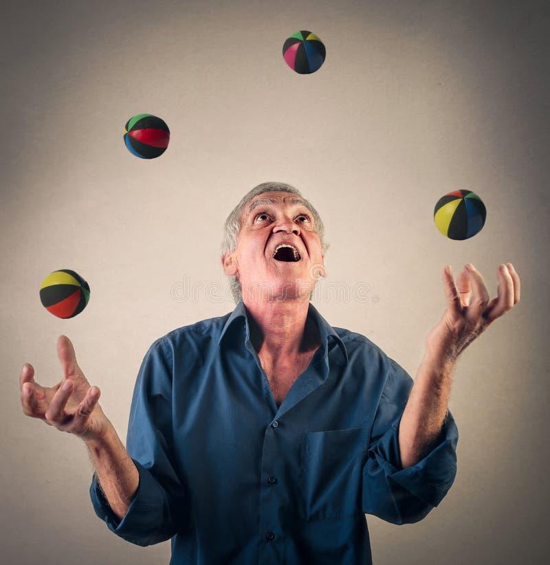 Jonglera med bollar royaltyfria bilder
