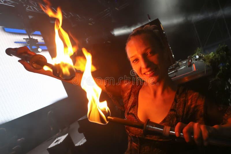 Jonglera med en brand på etappen fotografering för bildbyråer