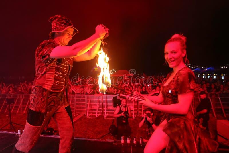 Jonglera med en brand på etappen royaltyfri bild