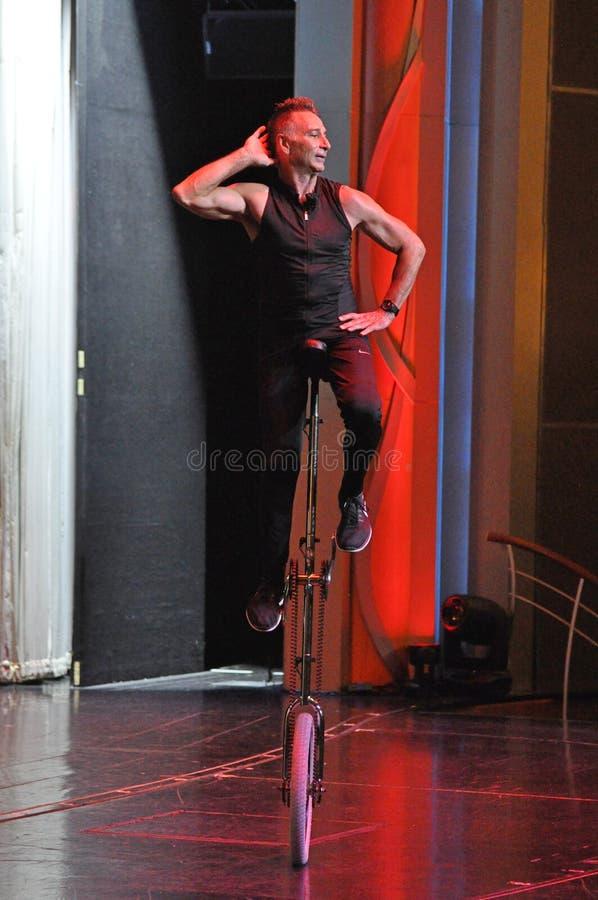 Jonglerie de comédie et représentation d'acte de monocycle photos libres de droits