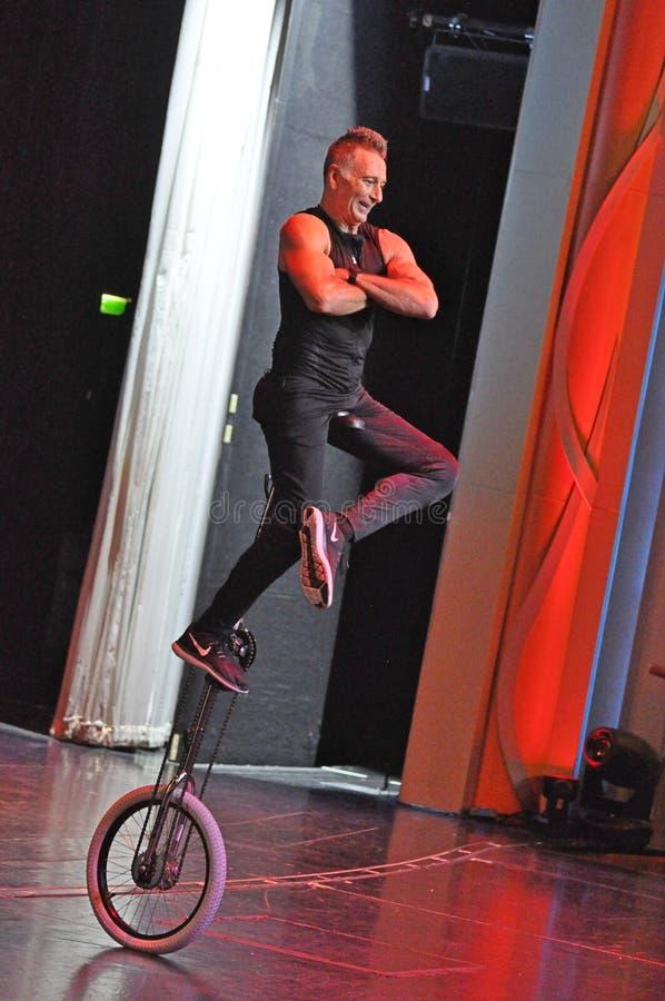 Jonglerie de comédie et représentation d'acte de monocycle photo libre de droits