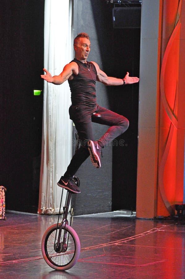 Jonglerie de comédie et représentation d'acte de monocycle photo stock