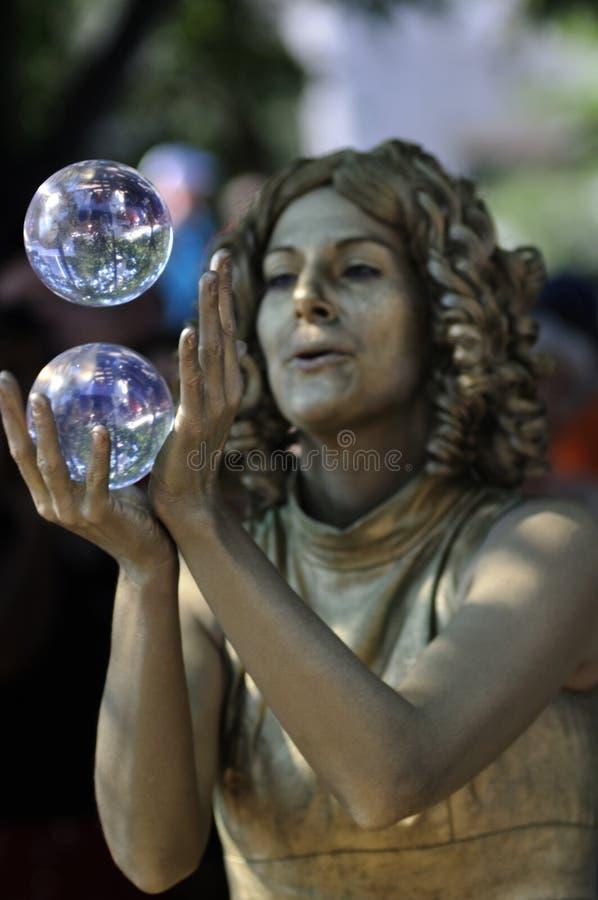 Jonglierende Kristallkugel. lizenzfreies stockfoto
