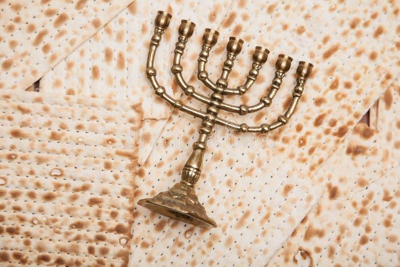 Joods brood - matza met kandelaar - menorah stock fotografie