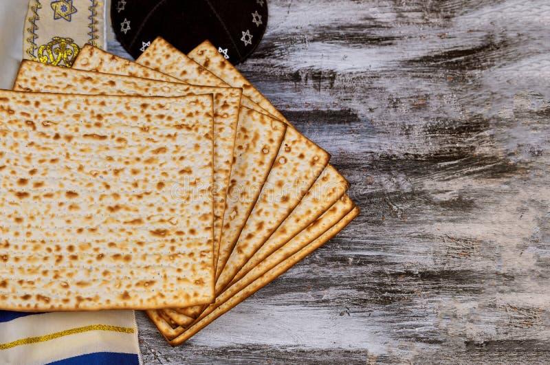 Joods gebed op heilige matza op passover stock fotografie