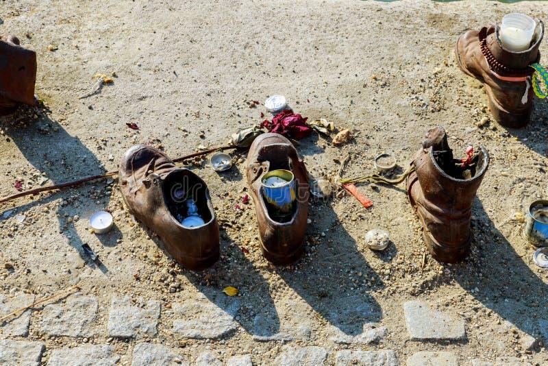 Joods gedenkteken de schoenen van de mensen in de rivier van Donau, Boedapest, Hongarije stock fotografie