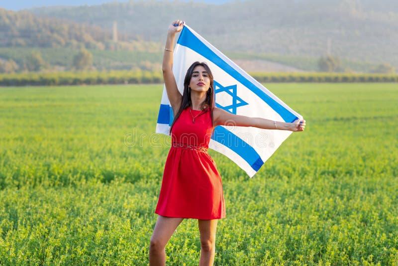 Joods meisje met vlag van Isra?l op verbazend landschap in de mooie zomer royalty-vrije stock fotografie
