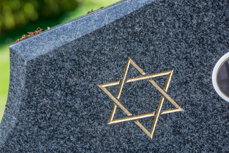 Joodse begraafplaats: Jodenster op de grafsteen stock afbeeldingen