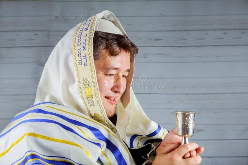 Joodse de dienstpunten voor de ceremonie van Zaterdagkiddush stock afbeeldingen