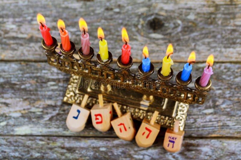 Joodse de vakantieachtergrond van de Chanoekachanoeka met Hanukah-de kandelabers die van het Chanoeka menorah Judaïsme kaarsen br stock afbeeldingen