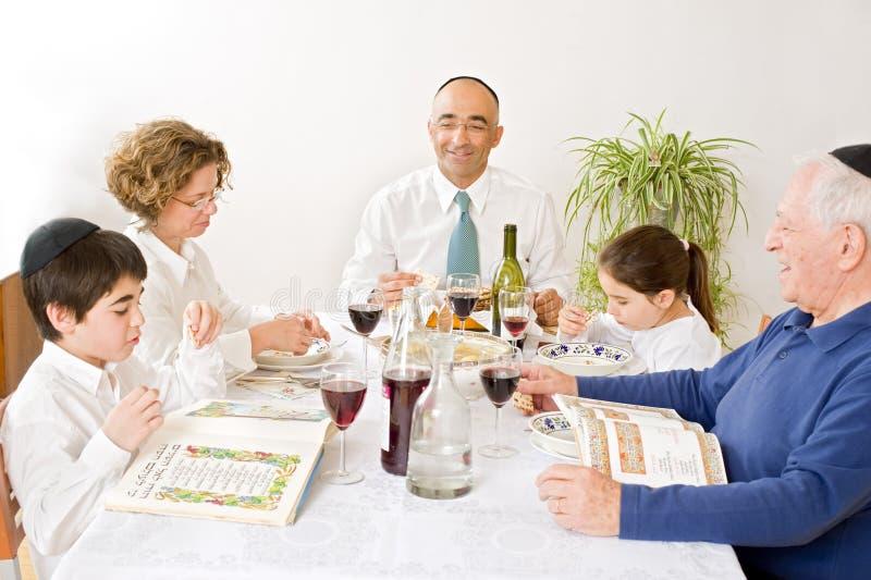 Joodse familie die passover viert stock afbeelding