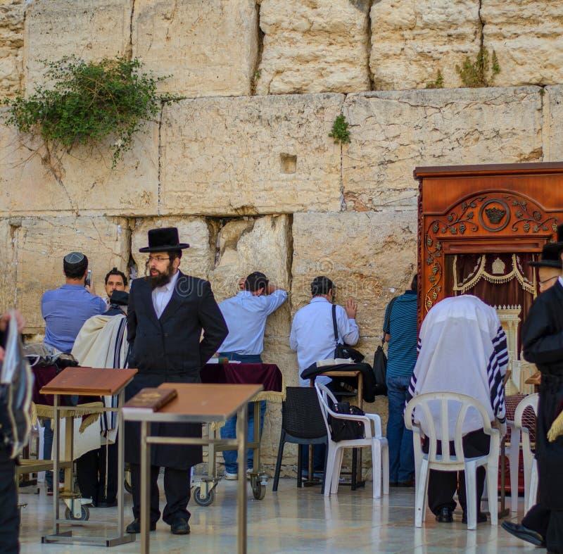 Joodse Toeristen die Beelden nemen bij de Westelijke Muur stock foto