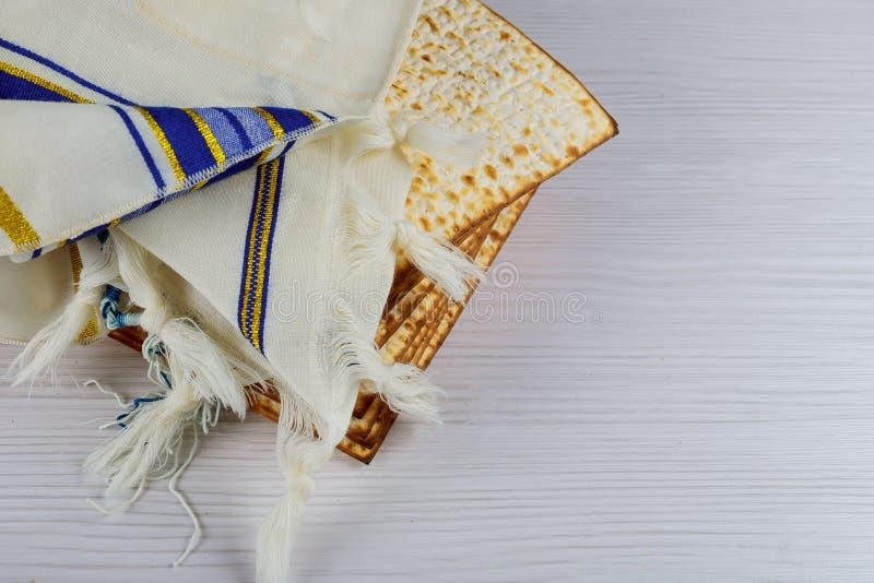 Joodse vakantie passover matzot met seder op plaat op lijst dichte omhooggaand royalty-vrije stock afbeelding