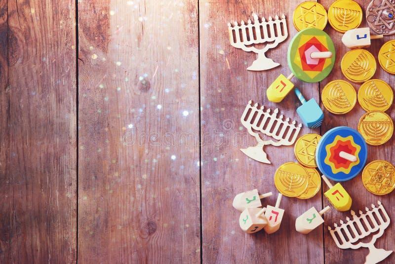 Joodse vakantiechanoeka met houten dreidels stock afbeeldingen