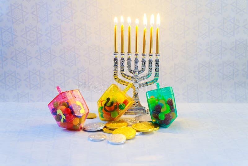 Joodse vakantiechanoeka met menorah, houten dreidels royalty-vrije stock fotografie