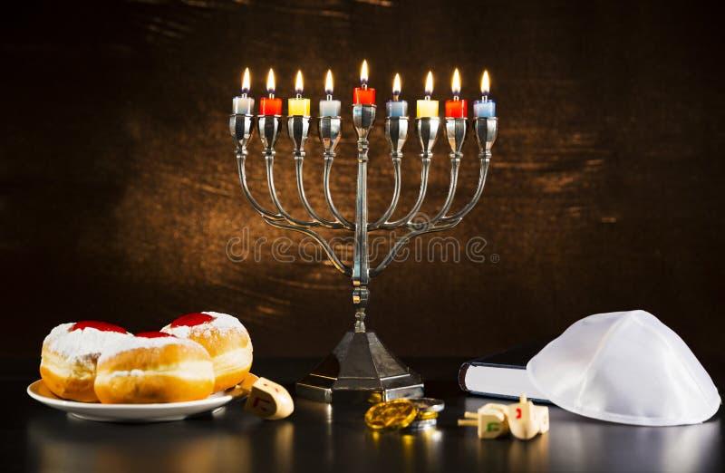 Joodse Vakantiechanoeka met Menorah, Torah, Donuts en Houten D stock afbeeldingen