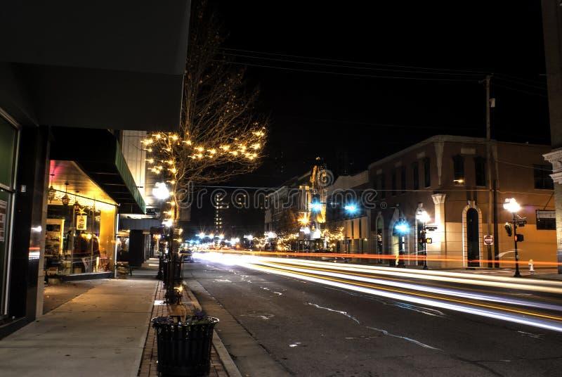 Joplin do centro, Missouri na noite durante o tempo do Natal foto de stock