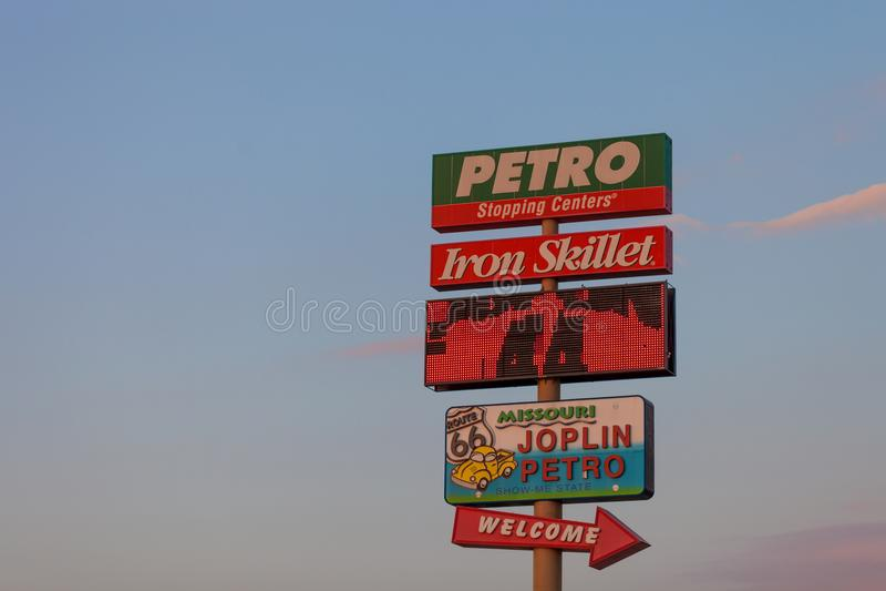 JOPLIN, MISSOURI - JULHO, 8 2018 - welc do truckstop de Joplin 44 Petro imagens de stock